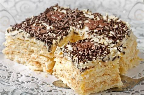 kuchen mit blätterteig kuchen aus bl 228 tterteig mit sahne stockfoto colourbox