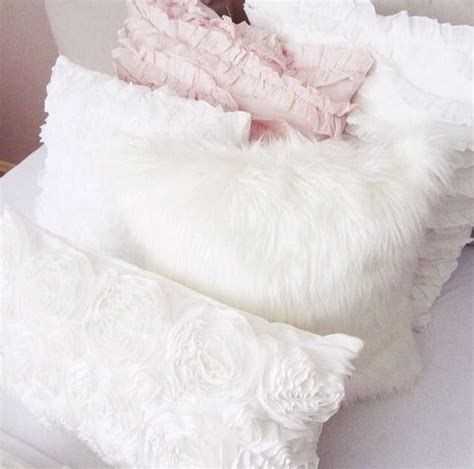 Best Way To Fluff A Pillow by 25 Best Ideas About Fluffy Pillows On Fur