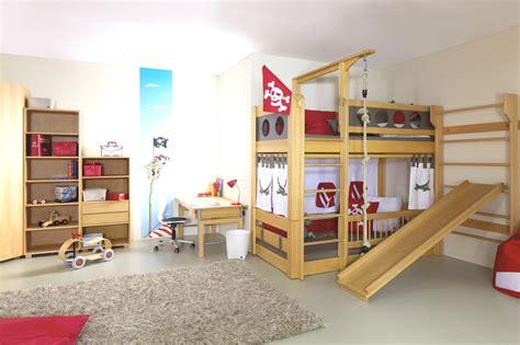 kinderschutzgitter bett piratenzimmer mit eckkleiderschrank und schreibtisch ziggy