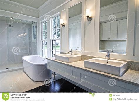 Beau Salle De Bains Porcelanosa #6: salle-de-bains-blanche-moderne-10924638.jpg