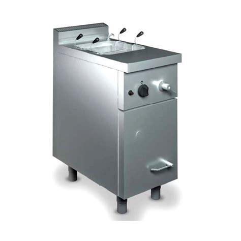 una vasca cuocipasta elettrico una vasca con armadio