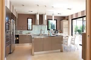 Attractive Rideau Pour Cuisine Moderne #6: 10321449-un-ilot-dans-une-cuisine-chaleureuse.jpg