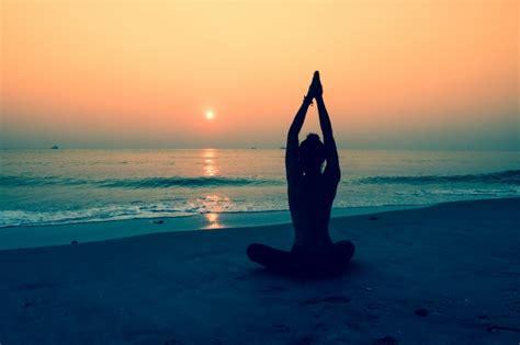 imagenes yoga en el mar silueta de mujer haciendo yoga en una playa descargar