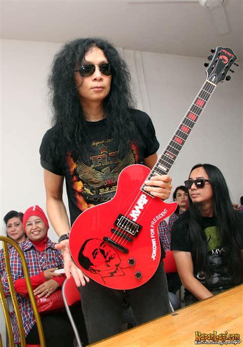 Siluet Ukir Kado Satu Wajah paul ivan hadiahi jokowi gitar limited edition