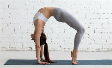 imagenes de yoga en la cama posturas de yoga para principiantes sport life