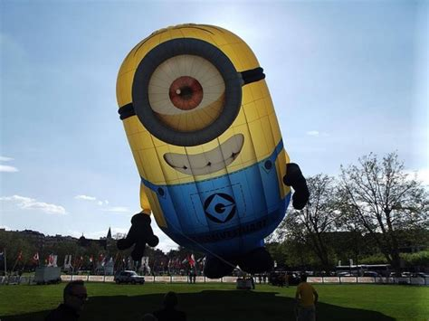 Balon Print Minion minion causes despicable traffic jam in