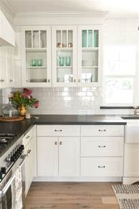 25 best ideas about black countertops on pinterest dark 32 spectacular white kitchens with honey and light wood
