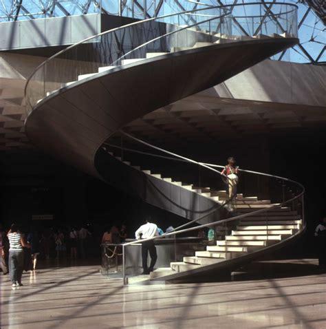 louvre interno ascensore nella piramide louvre a parigi