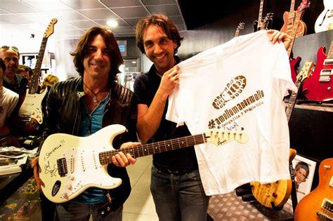 chitarristi di vasco la chitarra autografata dal chitarrista di vasco