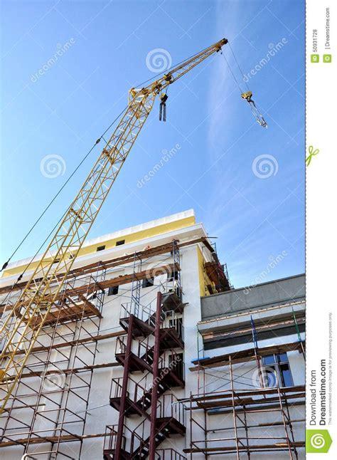 Gestell Auf Dem Bau by Ein Kran Hebt Die Last Auf Dem Bau An Stockfoto Bild