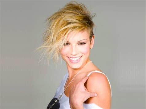 la ritratta su una grata in una celebre foto ufficiale all eurovision song contest 2014 per l italia
