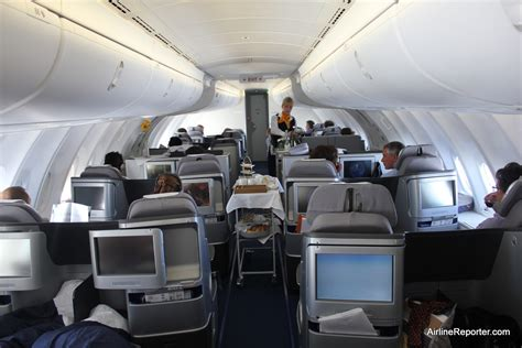 boeing 747 interno flying business class on the deck of a lufthansa