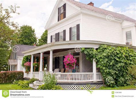 Old Style Farmhouse Plans p 243 rtico de la casa de nueva inglaterra im 225 genes de archivo
