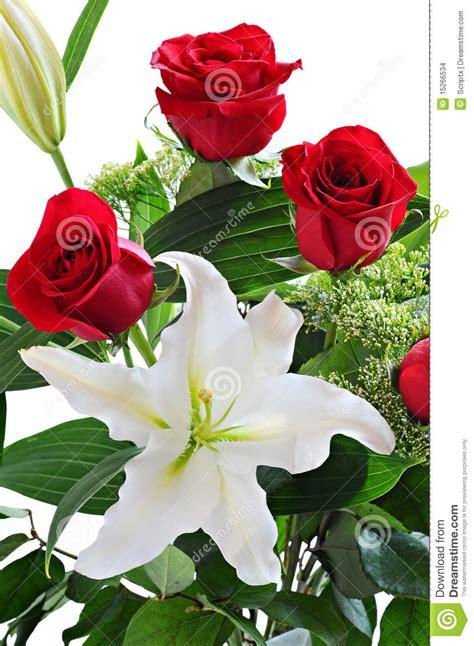 ramo de rosas rojas y de lirio blanco imagenes de archivo imagen 15266534