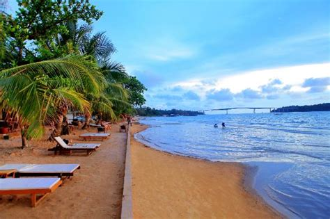 sihanoukville cambodia sunebeds at victory hotel free to use picture of