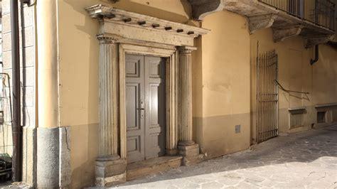 portale interno edificio di civile abitazione e negozi in via garibaldi 1