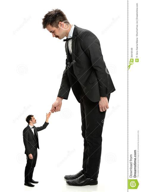 el gigante pequeno 8434861356 hombre de shaking hands with del hombre de negocios gigante peque 241 o im 225 genes de archivo libres