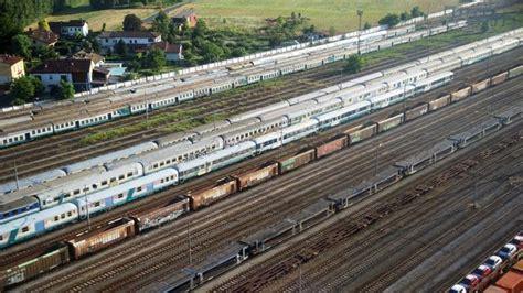 carrozze treni in vendita un cimitero di treni allo scalo di alessandria