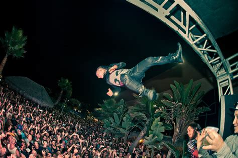 stage dive skrillex ordered to pay 1 6 million to fan allegedly