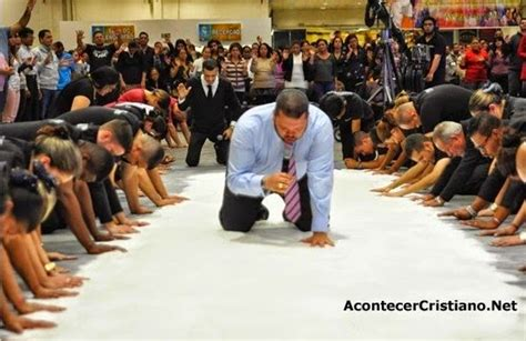 imagenes iglesia orando pastor esparce 50 kilos de sal ungida en iglesia