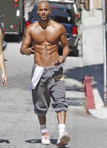 damon wayans workout ricky whittle shows off his impressive six pack once again