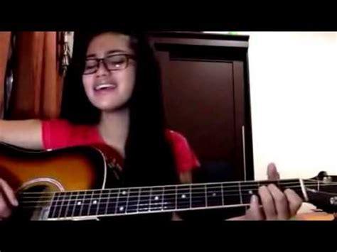 cara bermain gitar sambil nyanyi wanita cantik berkaca mata lagi nyanyi lagu rindu sambil