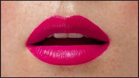 le donne a letto le donne con le labbra superiori in questo modo sono