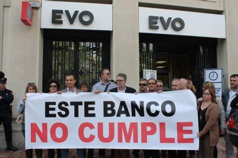 banco evo en valencia el alcalde socialista de albal protesta ante un banco por