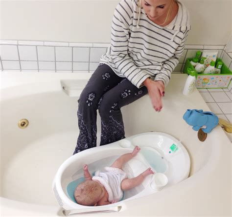 Best Bathtub For Newborns by The Proper Way To Bathe Your Newborn Baby For