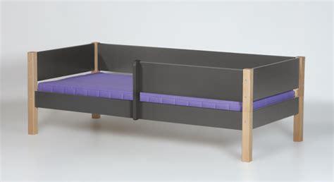 absturzsicherung für bett schlafzimmer gestalten grau wei 223