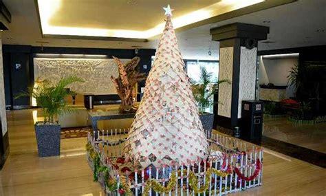 membuat pohon natal dari koran ratusan lembar koran dijadikan pohon natal balipost com