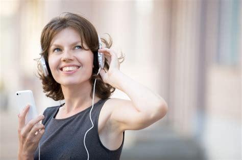 imagenes mujer alegre primer plano de mujer alegre escuchando m 250 sica descargar