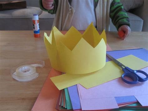 How To Make A Crown Out Of Construction Paper - 25 unique paper crowns ideas on crown crafts