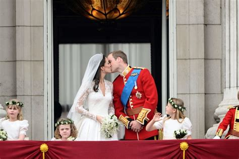 home as a married couple the royal fans all about royal family royal kiss on the balcony prince william and kate