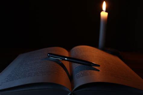 Pensil Jeruk gambar book pensil cahaya gitar tua gelap misteri