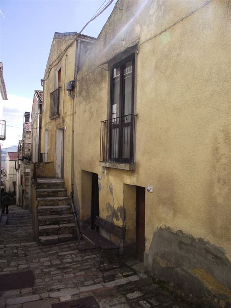 houses in italy to buy house to buy in molise italy casa gialla civitacomarano