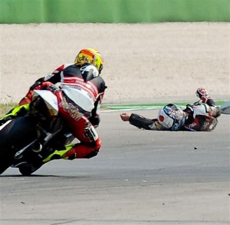 Motorrad Unfall Rennen by Trag 246 Die Japanischer Motorrad Pilot Stirbt Bei Wm Rennen