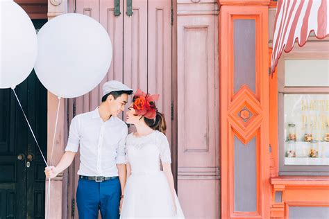 pre wedding photography props 20 easy props to add to your pre wedding photography