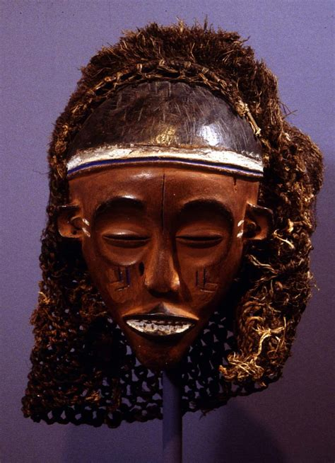 Masker Vir this mask is believed to reincarnate the feminine ancestor
