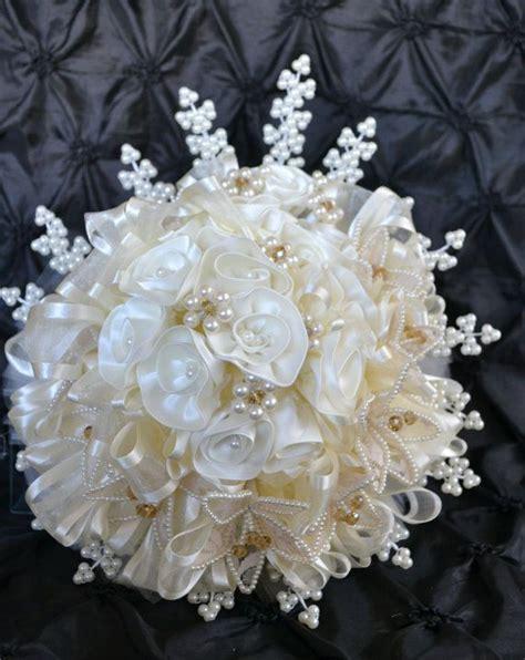 bouquet sposa con fiori di co bouquet da sposa crema fiori di raso con perle e di