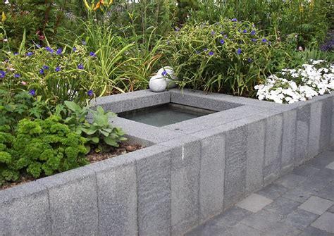 hocheetgarten hochbeet aus betonpalisaden mit wasserbecken
