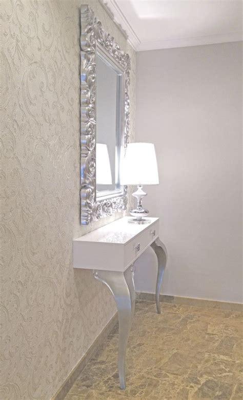 decorar espejo blanco recibidor con consola lacada blanca y plata con espejo
