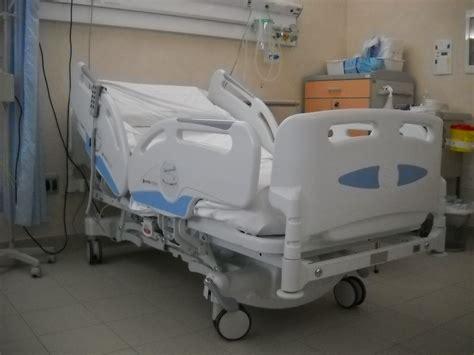 letto d ospedale senza posto letto dopo l operazione di tumore alla testa