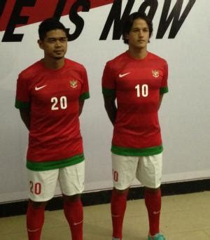 Jersey Lokal Timnas Indonesia Away Putih Kerah Hijau Premium 1 jakarta timnas indonesia memiliki kostum baru untuk piala aff 2012 striker bambang pamungkas