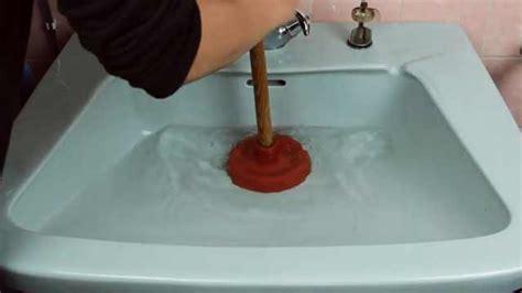 abfluss reinigen hausmittel verstopfter abfluss diese tipps und hausmittel helfen