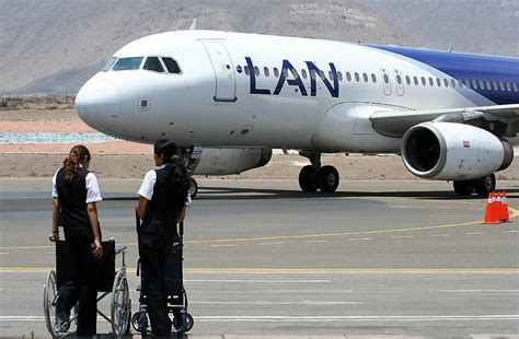 file lan chile a320 arequipa airport jpg wikimedia commons