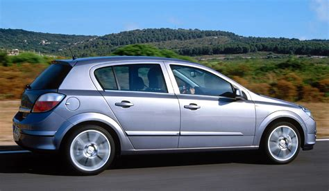 opel astra 2005 europe 2005 vw golf keeps opel astra at bay or does it