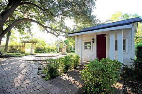 waco texas real estate chip and joanna gaines chip and joanna gaines of fixer upper buy texas home today com