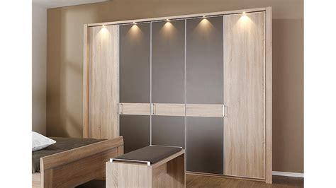 schlafzimmer mit großem kleiderschrank graue wandfarbe