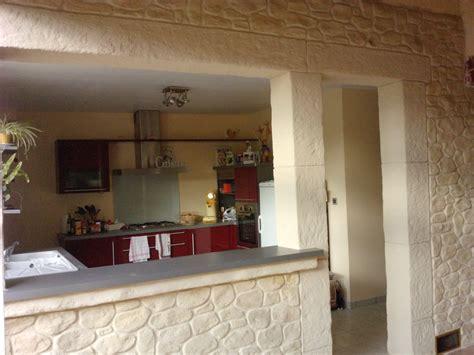 rénover un canapé en cuir craquelé cuisine avec mur orange